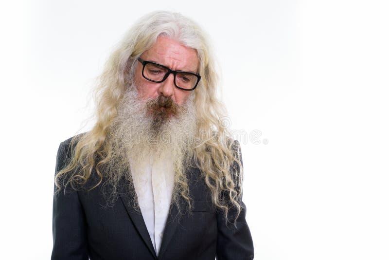 Studio strzelał smutny starszy brodaty biznesmen jest ubranym eyeglasses fotografia royalty free