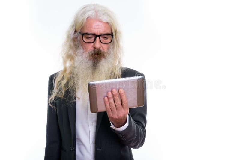 Studio strzelał starszy brodaty biznesmen używa cyfrową pastylkę obraz royalty free