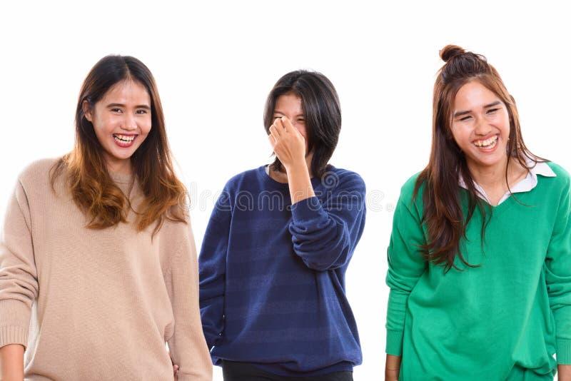 Studio strzelał trzy szczęśliwego młodego Azjatyckiego kobieta przyjaciela ono uśmiecha się i obraz royalty free