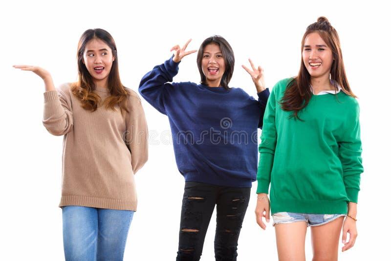Studio strzelał trzy szczęśliwego młodego Azjatyckiego kobieta przyjaciela ono uśmiecha się i obrazy stock