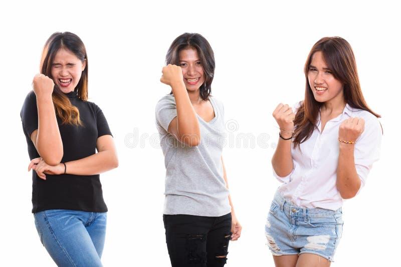 Studio strzelał trzy szczęśliwego młodego Azjatyckiego kobieta przyjaciela uśmiecha się whi zdjęcie stock