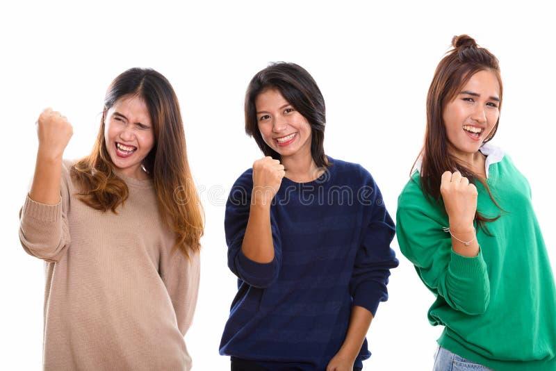 Studio strzelał trzy szczęśliwego młodego Azjatyckiego kobieta przyjaciela uśmiecha się whi obraz royalty free