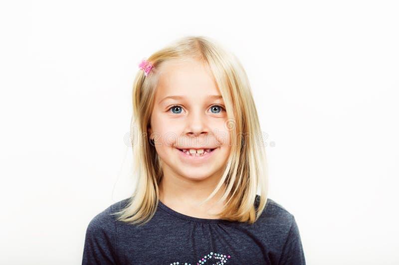Studio strzelał urocza blond dziewczyna z niebieskimi oczami zdjęcie stock