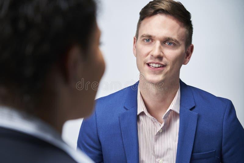 Studio Strzelający biznesmen Przeprowadza wywiad bizneswomanu Dla zatrudnienia Przeciw Białemu tłu zdjęcia stock