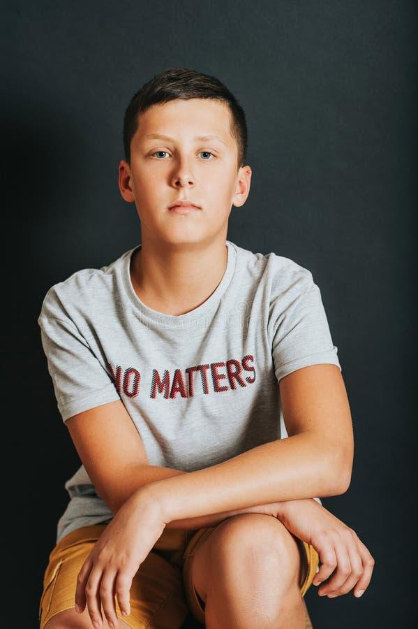 Studio strzelający młody nastoletni chłopak fotografia royalty free