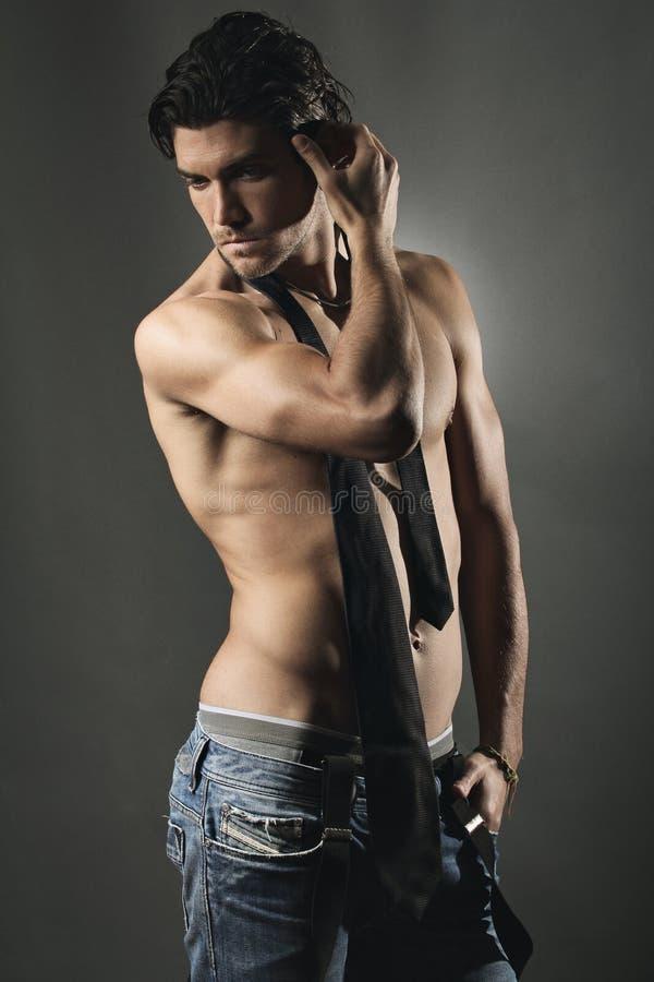 Studio tiré d'un homme bel sans chemise photographie stock libre de droits