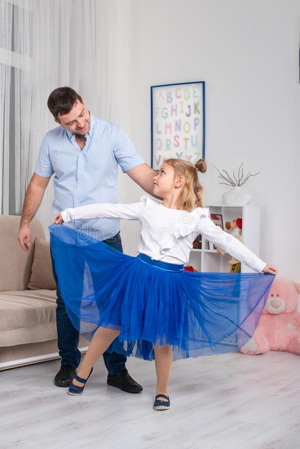 Studio tiré d'une petite fille et de son papa dansant à la maison photographie stock libre de droits