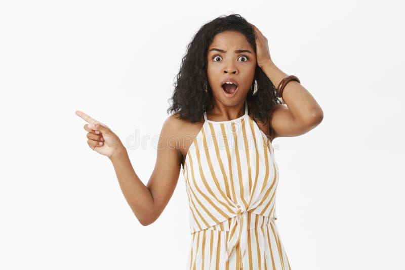 Studio tiré de l'entrepreneur féminin choqué intéressé d'afro-américain étant témoin de la scène terrible étant sans voix et image libre de droits