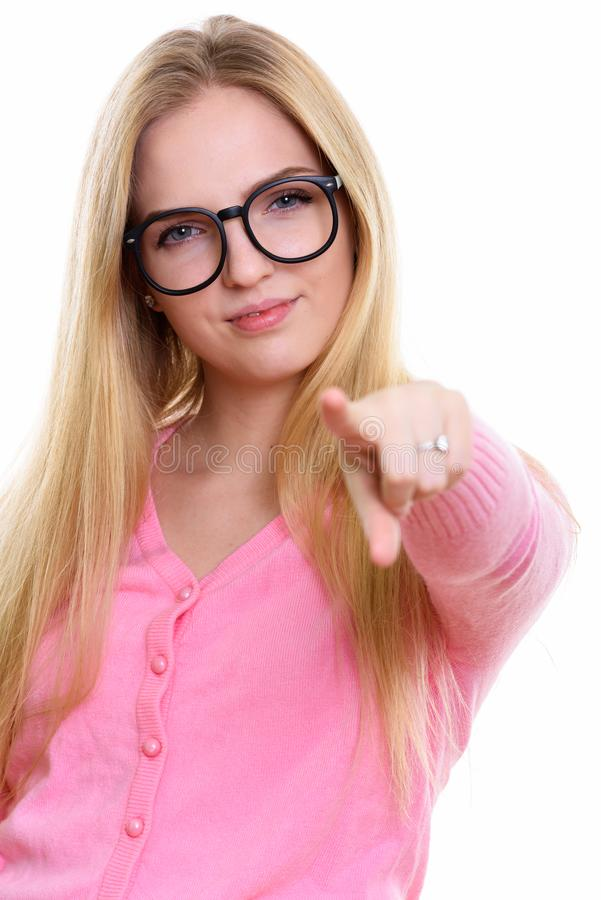 Studio tiré de la jeune belle adolescente se dirigeant à la caméra photo libre de droits