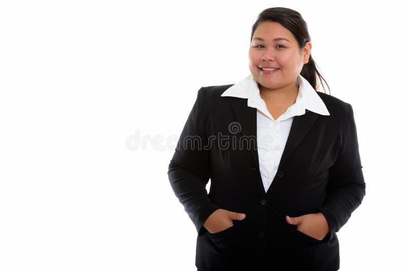 Studio tiré de la jeune grosse femme d'affaires asiatique heureuse souriant avec photo stock