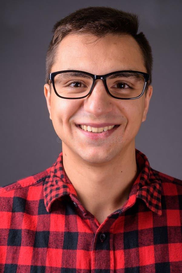 Studio tiré du jeune sourire beau d'homme images libres de droits