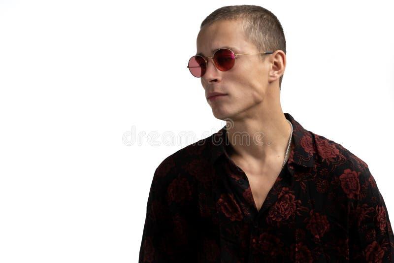 Studio van de jonge mooie ernstige mens die met kort kapsel wordt, modieus zwart overhemd met roze druk dragen dat het kijken ges royalty-vrije stock foto's