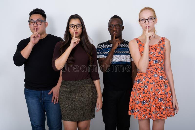 Studio van diverse groep multi etnische vrienden met vinger wordt geschoten die stock foto