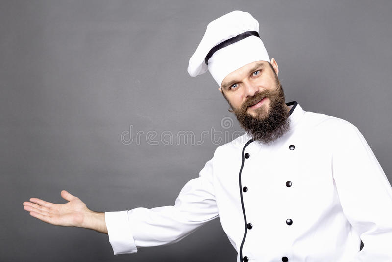 Studio van een gebaarde chef-kok wordt geschoten die u binnen invinting die royalty-vrije stock afbeelding