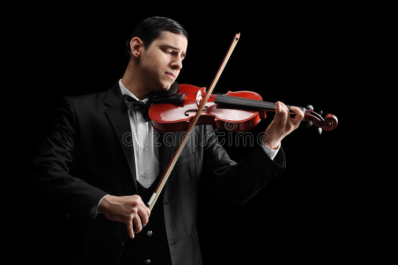 Studio van een klassieke violist wordt geschoten die een viool spelen die stock afbeelding
