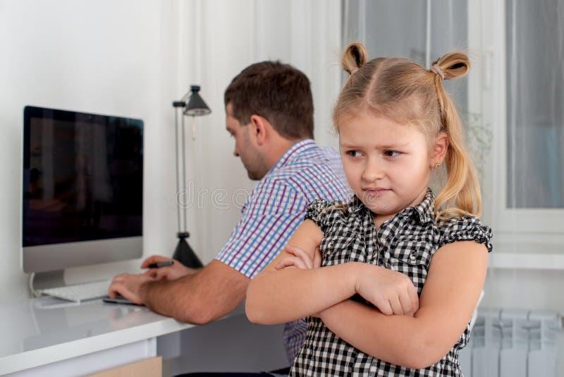 Studio van een klein meisje en haar vader wordt geschoten die De dochter neemt inbreuk bij haar vader, omdat hij haar weinig tijd royalty-vrije stock foto's