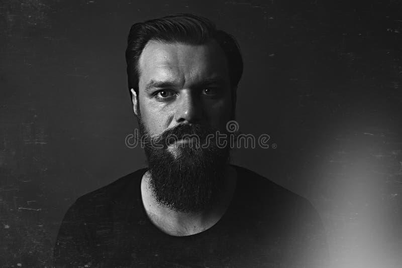 Studio van een knappe modieuze mens met baard en snor wordt geschoten die stock foto