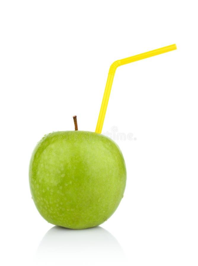 Studio van gehele groene appel met stro als drank wordt geschoten die stock foto's