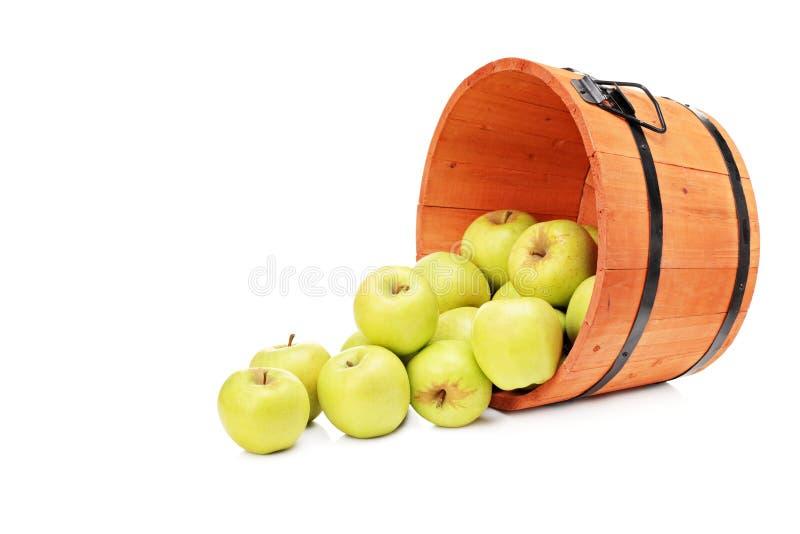 Studio van gele appelen in een houten emmer wordt geschoten die stock foto