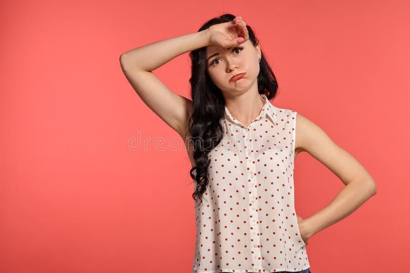 Studio van het mooie meisjestiener stellen over een roze achtergrond wordt geschoten die stock fotografie