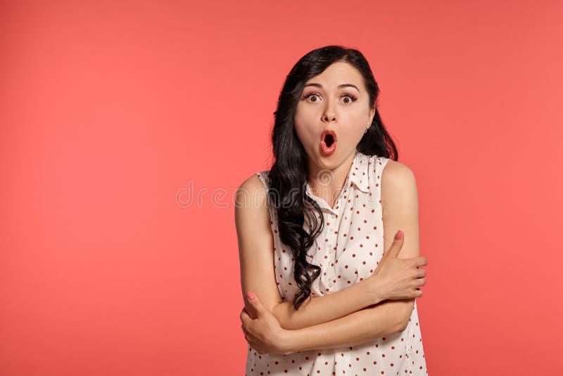Studio van het mooie meisjestiener stellen over een roze achtergrond wordt geschoten die royalty-vrije stock foto
