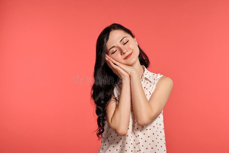 Studio van het mooie meisjestiener stellen over een roze achtergrond wordt geschoten die stock foto