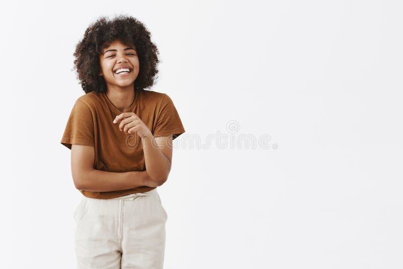 Studio van leuke Afrikaanse Amerikaanse vrouw met afrokapsel wordt geschoten in in de zomeruitrusting die pret lachen hebben uit  royalty-vrije stock afbeeldingen