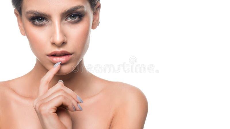 Studio van mooie jonge vrouw met samenstelling wordt geschoten die De gelukkige jonge zakken van de meisjesholding op een witte a stock foto