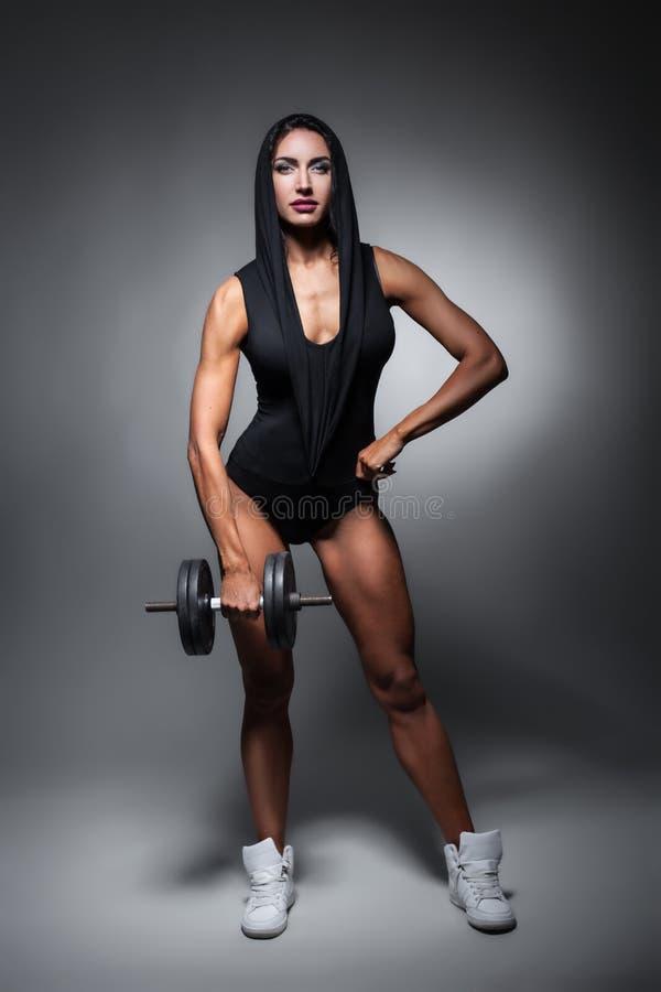 Studio van perfect lichaam van bodybuilderwijfje dat wordt geschoten; stock foto
