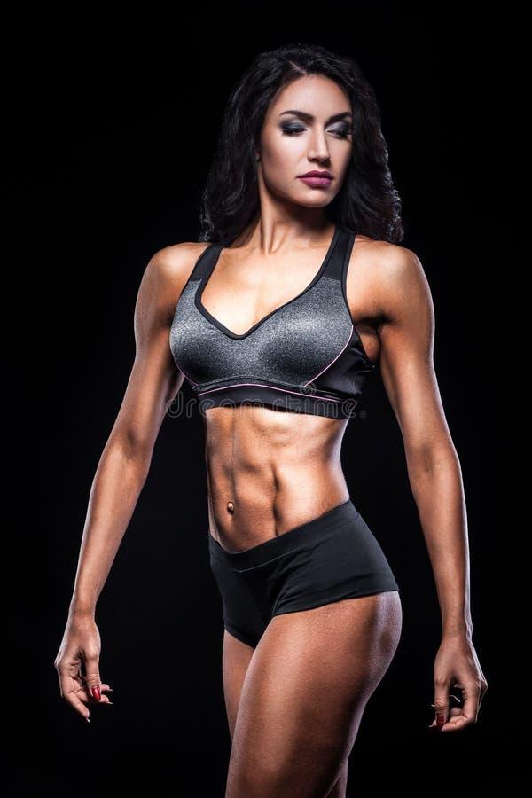 Studio van perfect lichaam van bodybuilderwijfje dat wordt geschoten; royalty-vrije stock foto's
