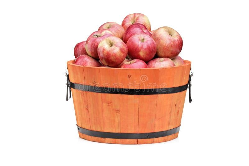 Studio van rode appelen in een houten vat wordt geschoten dat stock afbeeldingen