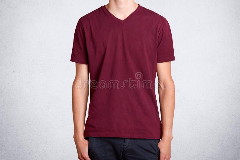 Studio van toevallige donkerrode die t-shirt wordt, over witte achtergrond wordt voorgesteld geschoten die Katoenen punt van kler stock foto's