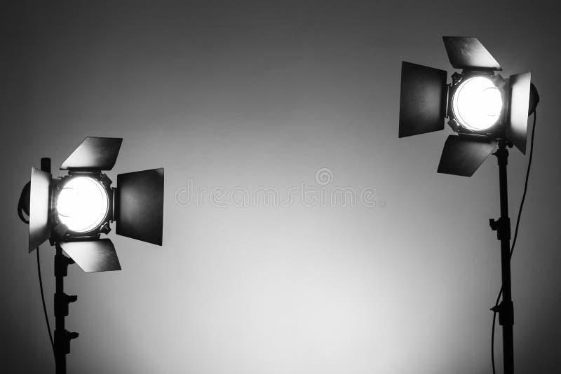 Studio vuoto della foto con la strumentazione di illuminazione fotografia stock libera da diritti