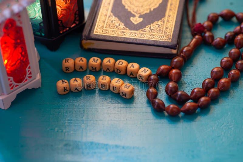 Studioaktiveringsskott av den tända lyktan - uppvisning av ramadan kareem betyder välsignad begreppsmässig Ramadanvälkomnandeberö royaltyfri bild