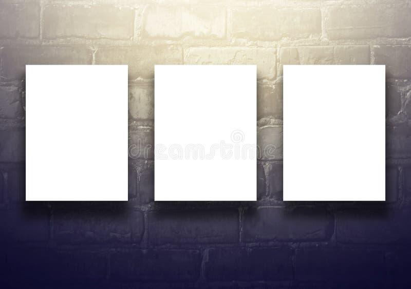 Studiobakgrund med den tomma affischtavlan på den svarta tegelstenväggen - wel royaltyfri illustrationer