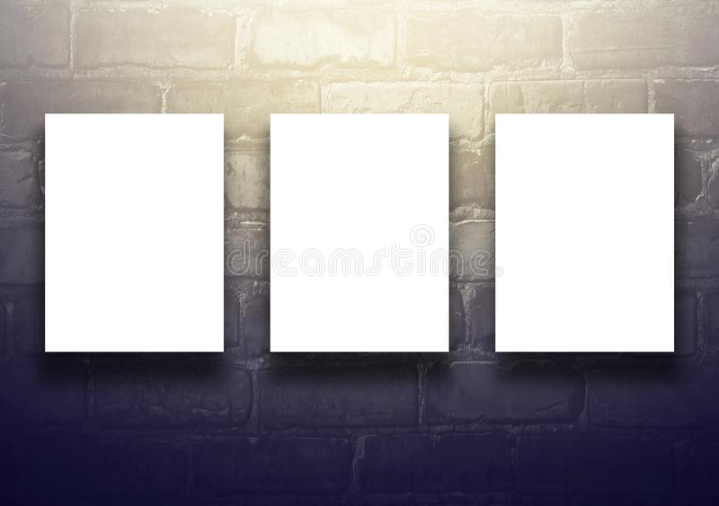 Studiobakgrund med den tomma affischtavlan på den svarta tegelstenväggen - väl bruk för närvarande produkter Grunt djup av sätter royaltyfria bilder