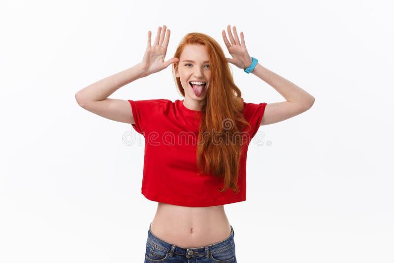 Studiobeeld die van het vrolijke vrouw spelen met en haar die, over witte achtergrond stellen glimlachen lachen royalty-vrije stock fotografie