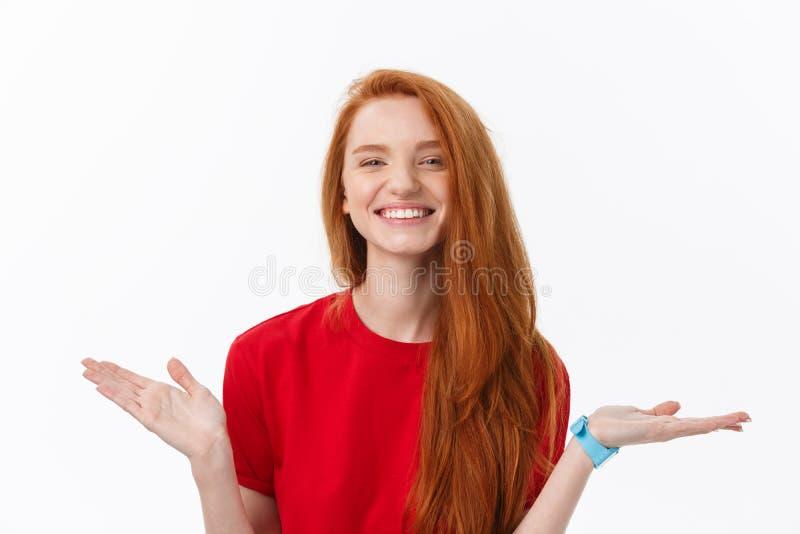 Studiobeeld die van het vrolijke vrouw spelen met en haar die, over witte achtergrond stellen glimlachen lachen royalty-vrije stock foto's