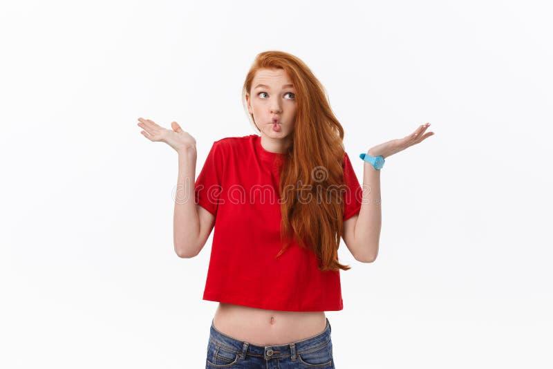 Studiobild av den gladlynta kvinnan som spelar med hår som ler och skrattar som poserar över vit bakgrund royaltyfri foto