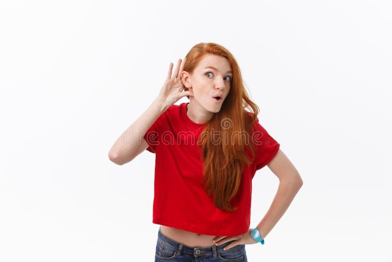 Studiobild der netten Frau spielend mit dem Haar, das, werfend über weißem Hintergrund lächelt und lacht auf lizenzfreie stockbilder