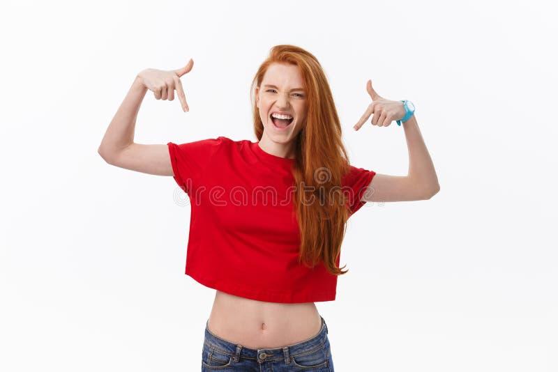 Studiobild der netten Frau spielend mit dem Haar, das, werfend über weißem Hintergrund lächelt und lacht auf stockbild