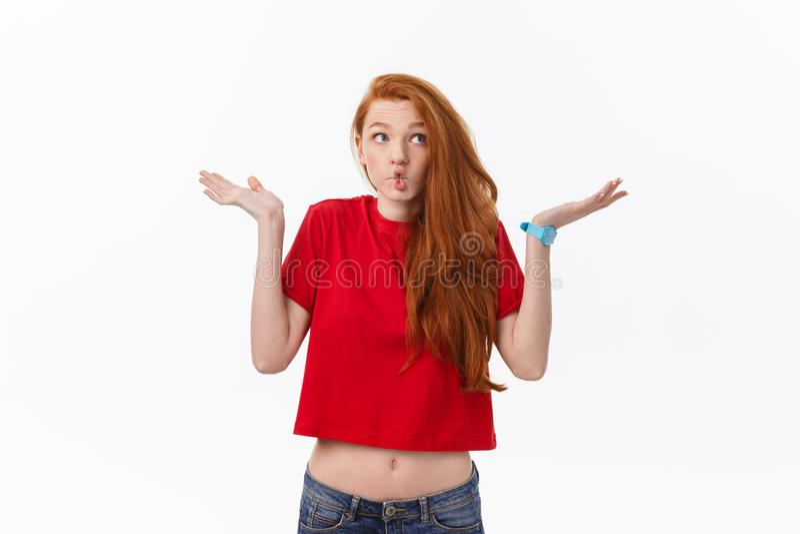 Studiobild der netten Frau spielend mit dem Haar, das, werfend über weißem Hintergrund lächelt und lacht auf lizenzfreies stockfoto