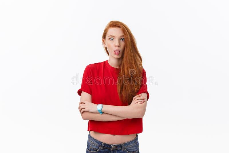 Studiobild der netten Frau spielend mit dem Haar, das, werfend über weißem Hintergrund lächelt und lacht auf stockbilder