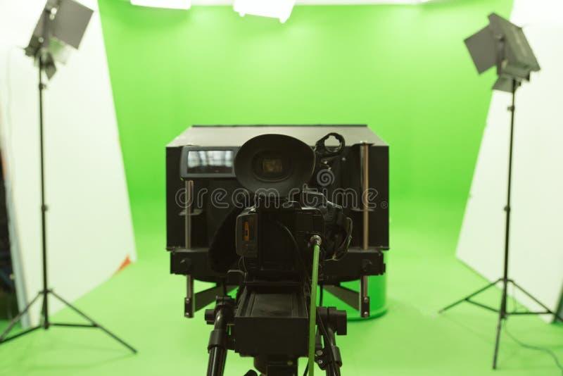 Studioeinrichtung des grünen Schirmfarbenreinheitsschlüsselhintergrundes moderne Fernseh stockfoto