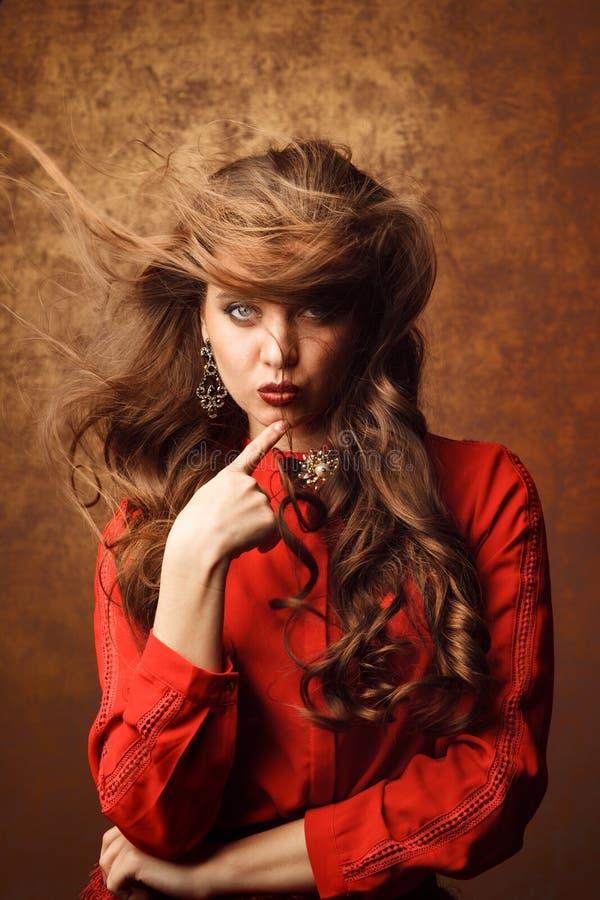 Studiofors av den härliga kvinnan i röd klänning royaltyfria foton