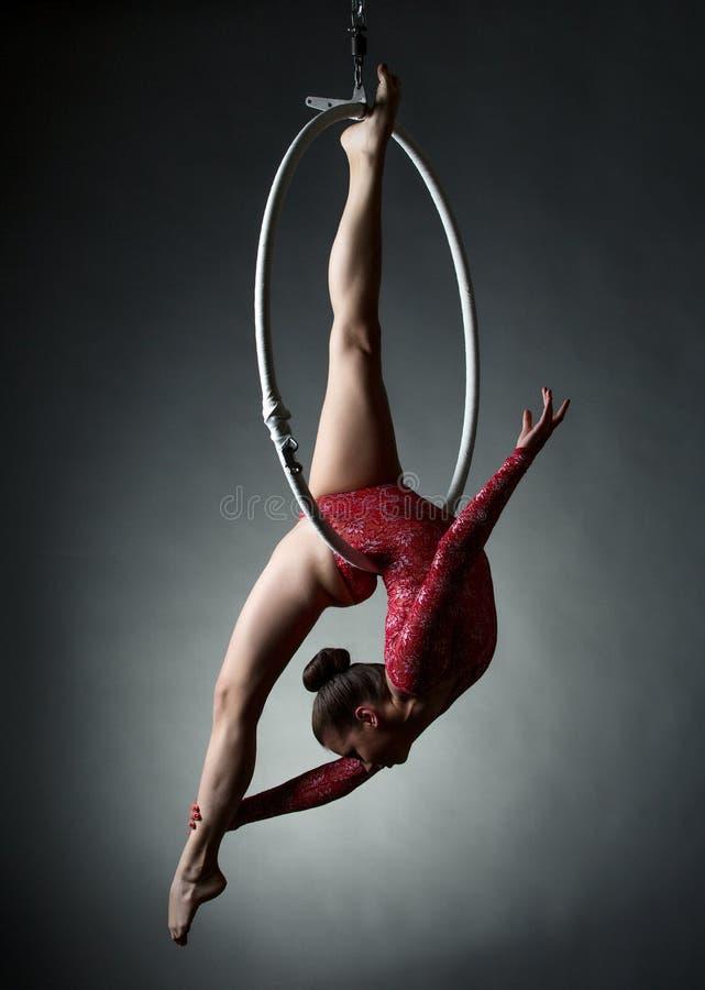 Studiofoto av den akrobatiska flickadansen med beslaget royaltyfri foto