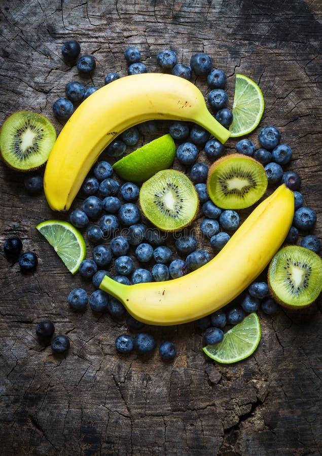 Studiofoto av olika frukter och grönsaker på trätabellen arkivfoto