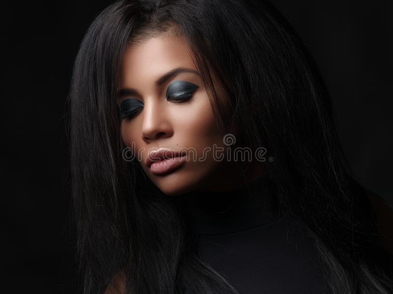 Studiofoto eines weiblichen vorbildlichen Gesichtes des Afroamerikaners, Profil stockbild