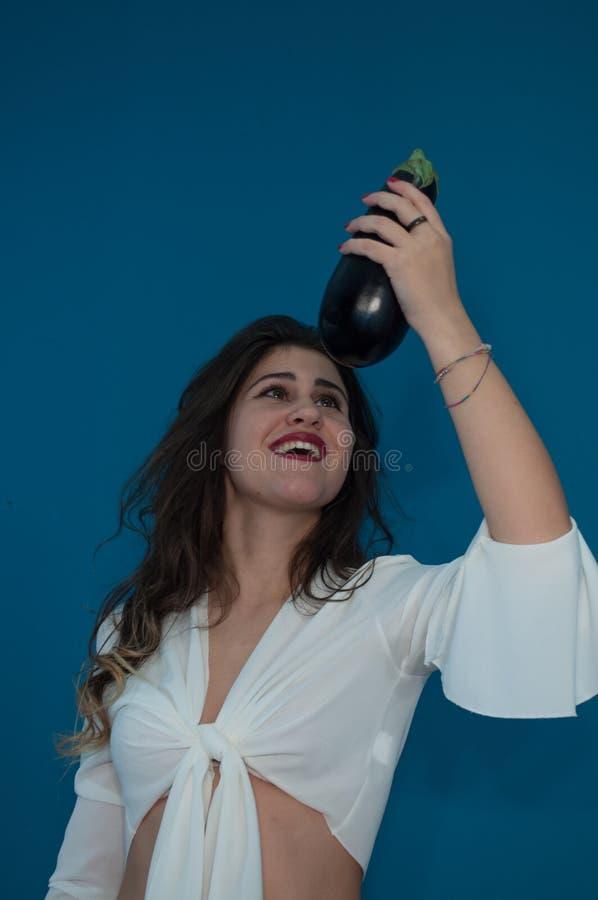 Studiofoto met leuke meisje en aubergine royalty-vrije stock afbeelding