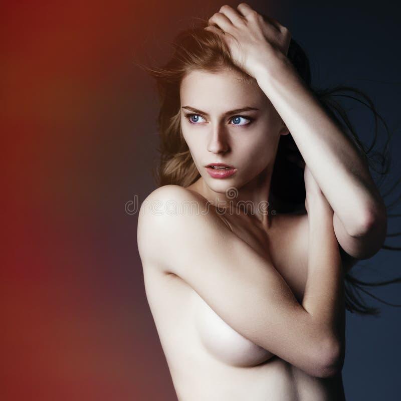 Studiofoto schöner eleganter futuristischer Dame lizenzfreie stockbilder